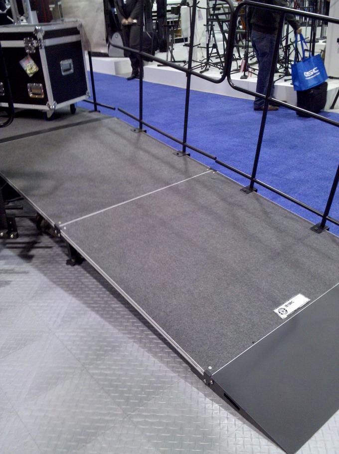Scénes Mobiles, Plateformes Ajustables, Rampes d'accès et Garde-corps !